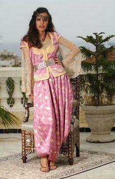"""Ghlila algéroise, avec seroual rond, le tissus , sari en brocard de soie , agrémenté de manches"""" kmem"""" en tule perlé."""