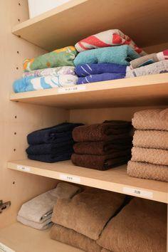 毎日使うタオルは、なんとなく不安でついたくさん持ってしまいがち。逆転の発想で数を少なめにして使いやすくしてみたら、収納がスッキリ。家族へのイライラが減り、心もスッキリしました。