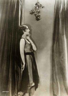 Norma Shearer under the mistletoe!  via http://leblogdamz.blogspot.com