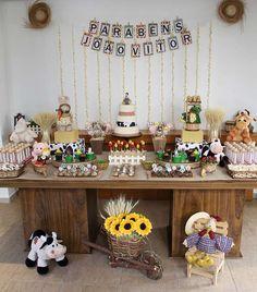 Com o tema Fazendinha, a mesa idealizada por Fabiana Moura conta com bichinhos de pelúcia variados. Informações: (11) 98279-9770  Foto: Divulgação