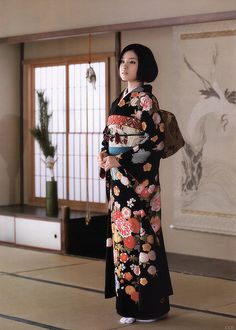 This kimono is called Furisode. It is a kimono for unmarried women. Kimono Chino, Traditioneller Kimono, Black Kimono, Kimono Style, Traditional Kimono, Traditional Fashion, Traditional Dresses, Japanese Outfits, Japanese Fashion