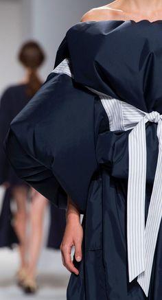 Hussein Chalayan at Paris Fashion Week Spring 2017 - Details Runway Photos High Fashion, Womens Fashion, Paris Fashion, Hussein Chalayan, Fashion Outfits, Fashion Tips, Fashion Trends, Fashion Shoes, Fashion Details