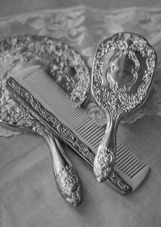 Grooming Tools - Vintage Retro Vanity Set - Hand Mirror, Brush and Comb Vintage Dressers, Vintage Vanity, Vintage Mirrors, Bathroom Vintage, Antique Vanity, Antique Gold, Gold Aesthetic, Apollo Aesthetic, Belle Aesthetic