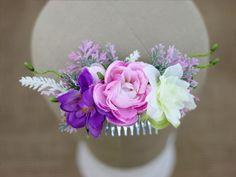Kwiatowy grzebyk do włosów, wykonany z syntetycznych kwiatów.   Do kupienia online w Madame Allure!