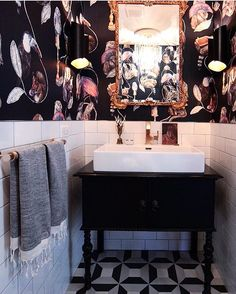 Since I am deep in my process of hanging Wallpaper and moving stuff around. I want to share one of my inspiration photos from my sweet OG @houseofhipstersblog , I mean this bath room gives me all the . I suggest you give her a look see and a finger on the follow button. ❤