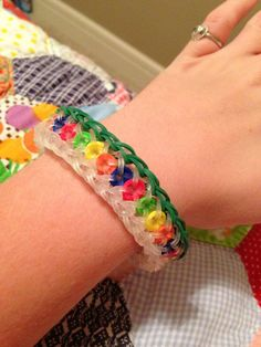 Creative Olivia Hammock made this bracelet using clear bands with the confetti criss-cross pattern to make it look like a string of Christmas lights! Rainbow Loom Tutorials, Rainbow Loom Patterns, Rainbow Loom Creations, Rainbow Loom Bands, Rainbow Loom Charms, Rainbow Loom Bracelets, Loom Bands Designs, Loom Band Patterns, Loom Love