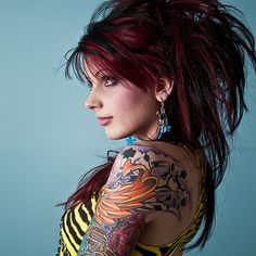 Black Hair With Red Highlights Pictures- love the colors Tattoo Girls, Girl Tattoos, Black Hair With Red Highlights, Burgundy Highlights, Corte Shag, Look Fashion, Girl Fashion, Female Body Paintings, Fake Tattoo