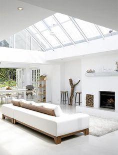 Uma casa bem iluminada pela luz natural, é uma casa onde mora o bem-estar. A iluminação que entra pelas janelas e clarabóias, enche a casa de vida, poupa os gastos com energia e ainda previne alguns malefícios causados pela umidade, como o mofo. E a luz faz uma baita diferença na decoração. Uma casa bemLeia mais