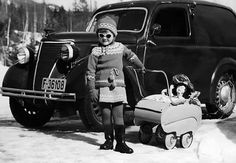 Frå Gamle Aal 5: Kristin Margrethe Helling er ute på trilletur. Dette er i 1959. Bilen er ein Ford Eifel tilhøyrande far Ola. (Utlånt av Ola Helling) www.gamleaal.com Black White Photos, Black And White, Album, Old Photos, Norway, Baby Strollers, Monster Trucks, Old Things, Ford