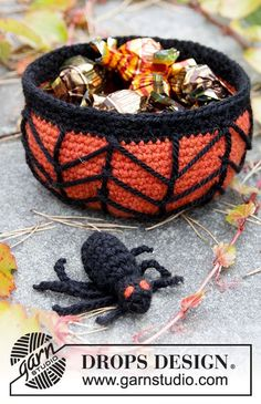 """Creepy Candy - DROPS Halloween: Crochet DROPS basket with cob web and spider in """"Nepal"""". - Free pattern by DROPS Design"""