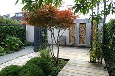 Stoer terras gemaakt van eikenhouten dekdelen. Ontwerp en aanleg hoveniersbedrijf van Elsäcker Tuin