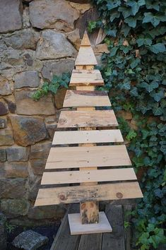 DIY Tutorial: This is how you build wooden Christmas trees - Weihnachtsdeko - Diy Crafts To Do, Upcycled Crafts, Christmas Crafts, Christmas Decorations, Wood Crafts Furniture, Wooden Crafts, Wooden Diy, Wooden Projects, Pallet Christmas Tree