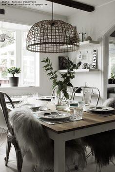 soomkai lampa, jimmy schönning, matsal, korglampa, vitt, dukning, födelsedag, bordsdukning, gröna kvistar, dekoration, matbord, matbordet, h...