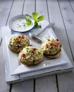 Gefüllte Riesenchampignons mit Couscous, Paprika, Petersilie und Minz-Joghurt