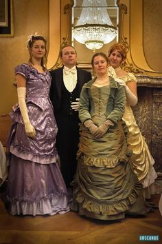 Het hele gezin Knightley (Dinner at the Darcy's) - Prudence, Julian, Caroline en Sybil
