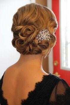 Accesorios con brillantes como este broche para el cabello, el peinado para ser la invitada de boda perfecta.
