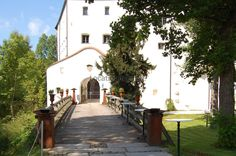 Das Schloss ist seit über 700 Jahren Befestigung und seit über 23 Generationen Familienwohnsitz.  Die mittelalterliche Rundburg auf dem Hügel ist ein Denkmal verschiedener Epochen. Von der romanischen, später gotisch... http://www.locationrobot.de/filmlocation-rosenheim-schloss-lr1629-li133