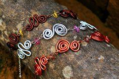 Bracciali wire morbidi, con chips di pietre dure.  Aluminum wire bracelets, with gemestones