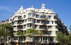 Casa Milà, is gebouwd tussen 1906 en 1910 en is een appartementengebouw. Casa Milà ligt aan de Passeig de Gràcia