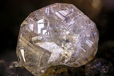 Chabazite-Ca Cristal complexe mâclé de Chabazite-Ca (riche en K) sous le faciès Phacolite. Photo Copyright © Volker Betz