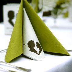 Besondere Servietten für euren Tag: wer auf Details achtet, sollte sich personalisierte Tischdeko auf der eigenen Hochzeit gönnen. #deko #hochzeit #gönnen #leben #etsy #heiraten #print #herz #liebe #tischdeko #grün #weiß #details #besonders #etsyde #handgefertigt #servietten #feiertdieliebe