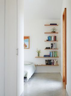 Simple Tips: Floating Shelves Kitchen Bar rustic floating shelves above couch.Floating Shelves Closet Wardrobes how to make a floating shelf budget.Floating Shelves Living Room Beside Tv. Floating Shelves Bedroom, Rustic Floating Shelves, Floating Wall, Bedroom Shelves, Shelf Nightstand, Wooden Shelves, Diy Casa, Home Bedroom, Bedroom Ideas
