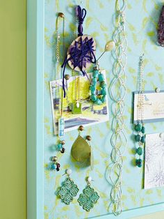 Jewelry Board A jewelry organizer makes it easy to see and select the perfect combination of jewelry pieces. For a pretty display, cover a cork memo board in pretty paper or fabric. Place pushpins on the board to hang the jewelry.