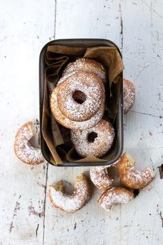 Hach, so klein und so fein! Ab und zu müssen wir das Kokosöl herausholen und uns ein paar Donuts brutzeln. Denn der mini Zuckerstein liebt sie über alles. Eines der ersten Wörter die er gesprochen …