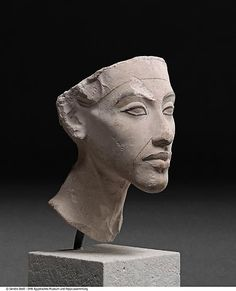 - ( Nofretete)  - war wahrscheinlich die Tochter eines einflussreichen Hofbeamten und heiratete in jungen Jahren den späteren König Amenophis IV., der vermutlich 1336 oder 1334 v. Chr. starb, nachdem er 17 Jahre Ägypten regiert hatte.
