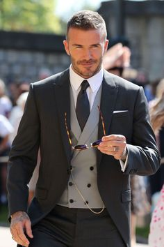 David & Victoria Beckham Attend Their Second Royal Wedding!: Photo David Beckham and Victoria Beckham are one stylish couple while arriving for the Royal Wedding at St. George's Chapel at Windsor Castle on Saturday morning (May… David Beckham Terno, Mode David Beckham, David Beckham Fotos, Cabelo David Beckham, David Beckham Suit, David Beckham Short Hair, David Beckham Fashion, David Beckham Style 2018, David E Victoria Beckham