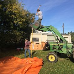 We'll this is safety on a farm at it's finest!!!! @50tigers50 #suckitricky #orange #tarp #yellow #green #johndeere #deeregreen #hammer #tentpole #welding #pipefitter #nosafetyharness #leaky #hydraulics #great #day #camper #hashtags by berta_badass