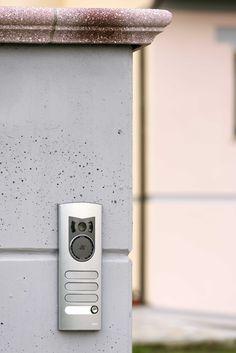 Vimar residenza privata a Pistoia. Pedonale con il particolare della targa esterna videocitofonica serie 1200 Elvox. Scopri http://www.vimar.com/it/it/residenza-privata-pistoia-12644172.html