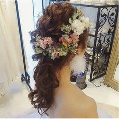 〔可愛い×色っぽい〕が理想♡シックな色合いのお花で飾った大人可愛いブライダルヘアカタログにて紹介している画像 Boho Hairstyles, Party Hairstyles, Wedding Hairstyles, Wedding Party Hair, Hairdo Wedding, Bridal Hair And Makeup, Wedding Makeup, Hair Makeup, Fairy Hair