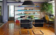 Um canto da enxuta sala de jantar de Diogo Oliva, do Estúdio doisA, virou escritório. As prateleiras coloridas e a base da mesa de pneus deixam o ambiente multiuso descontraído