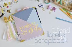 Tutorial libreta de scrapbook Notebook, Scrapbook, Make A Purse, How To Make Bags, How To Make, Step By Step Drawing, Fabric Bows, Scrapbooks, Scrapbooking
