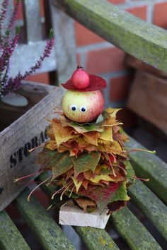 Autumn DIY: tinker with leaves is a nice autumn craft idea for children. The leaves male or apple male consist almost exclusively of natural materials. They are suitable as autumn decorations for the garden. Halloween Crafts For Toddlers, Toddler Crafts, Crafts For Teens, Diy For Kids, Children Crafts, Autumn Crafts, Nature Crafts, Decor Crafts, Diy And Crafts
