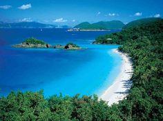 St. John, Islas Vírgenes Americanas. Es la más pequeñas de la triada principal del archipiélago de las Islas Vírgenes. Posee un área de 20 kilómetros cuadrados de extensa vegetación. Sus playas de arena blanca son su mayor atractivo.