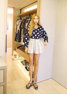 "Today's Hot Pick :优雅派☊细密印花高腰松紧A字短裤 http://fashionstylep.com/P0000XDQ/khyelyun/out ""细细密密的图案,有着波点的无限甜美,有着波浪的清新自然,无数的线条拼接在一起,成就了这款唯美优雅的休闲短裤~整体呈现A字型,充满了立体感,如同优雅的裙子一般,带着些许的灵动与飘逸~~高腰造型,带着复古的纯真,修饰出性感的小蛮腰,展现女人的曼妙姿态~而松紧腰设计,则更加舒适,彰显设计者的贴心关怀~! *搭配建议:搭配一件宽松的T恤或是一件唯美衬衫,都是不错的选择~! -宽松短裤- -细密图案- -A字型- -高腰松紧- -双色可选-"""