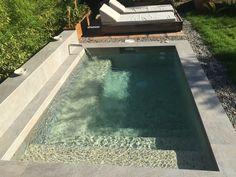 Pequeña piscina con jacuzzi