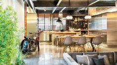 Reforma em oficina de moto cria casa espaçosa na Espanha