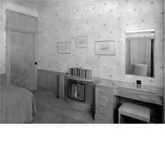 A guest bedroom at Eltham Palace.  CL 29/05/1937