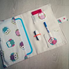 Pochette à ardoise hiboux pour enfants : Ecole et loisirs par latelierdeloulou Sewing For Kids, Baby Sewing, Sewing Crafts, Sewing Projects, Love Couture, Creation Couture, Couture Sewing, Sewing Accessories, Crafty Craft