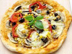 Pizza vegetariana- cu legume proaspete:ciuperci, ceapa, porumb, ardei gras Romanian Food, Food Photo, Vegetable Pizza, Good Food, Food And Drink, Cooking Recipes, Restaurant, Health, Salud