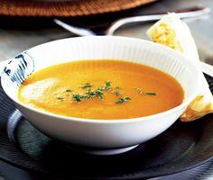 Värmande och förträffligt smakfull soppa med pumpa, äpple och timjan. Tillsätter du även vitlök, ingefära och saké, alternativt vitt vin, så är du inte långt ifrån en krämig pumpasoppa!