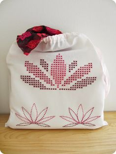 """Customisation d'un pochon de voyage """"lotus"""" par Sarah avec custom by me !"""