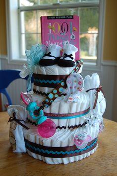 No roll easy diaper cake tutorial DIY for baby shower Diy Diapers, Baby Shower Diapers, Baby Shower Gifts, Baby Gifts, Unique Diaper Cakes, Diy Diaper Cake, Diy Cake, Diaper Cakes Tutorial, Cake Tutorial