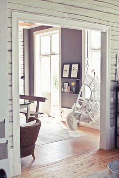 Γγρ│ couleur pourpre pour les murs associée au bois blanc, pour une maison de campagne fraîche et chaleureuse.