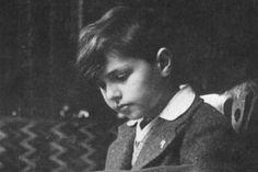 Il giovane Lorenzo Milani nel marzo 1930, quando aveva quasi 7 anni