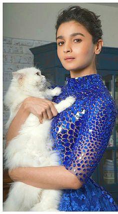Alia with her cat before the Zee Cine Awards 2017 Indian Celebrities, Bollywood Celebrities, Bollywood Actress, Alia Bhatt Photoshoot, Aalia Bhatt, Alia Bhatt Cute, Alia And Varun, Karan Johar, Indian Designer Outfits