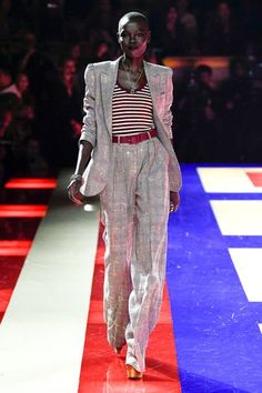 Tommy Hilfiger Spring 2019 Ready-to-Wear Collection - Vogue Catwalk Fashion, Fashion Line, Star Fashion, Fashion Looks, Womens Fashion, Fashion Trends, Vogue Paris, Tommy Hilfiger Looks, Royal Blue Outfits
